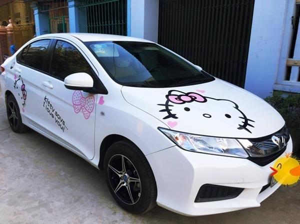 Chiếc xe hơi được dán hình mèo Hello Kitty bên ngoài. (Ảnh: Internet)