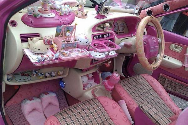 Chiếc Volkswagen Beetle Convertible có chủ nhân là tín đồ của Hello Kitty. (Ảnh: Internet)