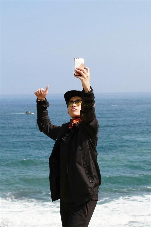 Gil Lê chụp ảnh tại một bãi biển ở miền Trung. - Tin sao Viet - Tin tuc sao Viet - Scandal sao Viet - Tin tuc cua Sao - Tin cua Sao