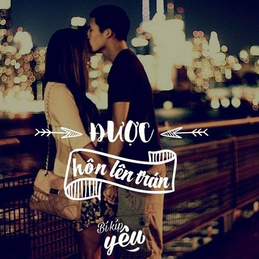 """Bạn có thể kéo nàng lại và đặt một nụ hôn đầy yêu thương lên trán khi hai bạn đang tay trong tay đi dạo phố. Chắc chắn nàng sẽ sung sướng """"phát điên"""" vì hành động ấm áp và tinh tế của bạn."""