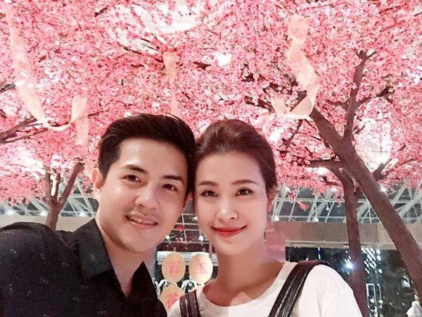 Cặp đôi vừa có chuyến du lịch xả stress ở Singapore tự thưởng cho bản thân sau 1 năm nỗ lực với các hoạt động nghệ thuật. - Tin sao Viet - Tin tuc sao Viet - Scandal sao Viet - Tin tuc cua Sao - Tin cua Sao