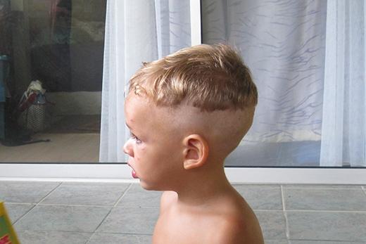 Dường như bố mẹ cậu bé này đang định cạo hết tóc cho con thì lại... tiếc. (Ảnh: Internet)