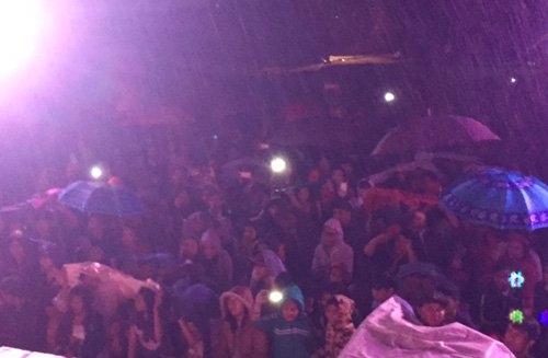 Mặc cho trời đổ mưa nặng hạt, nhiều khán giả vẫn mang dù, mặc áo mưa xem Đan Trường biểu diễn. - Tin sao Viet - Tin tuc sao Viet - Scandal sao Viet - Tin tuc cua Sao - Tin cua Sao