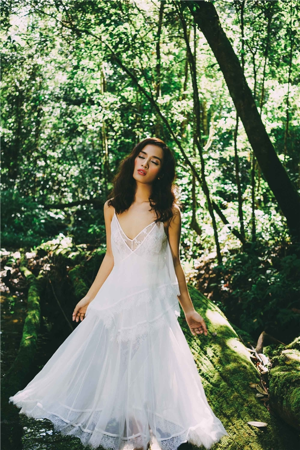Hình ảnh Ái Phương cùng rừng cây khiến khán giả liên tưởng đến bộ phim Alice in wonderland. - Tin sao Viet - Tin tuc sao Viet - Scandal sao Viet - Tin tuc cua Sao - Tin cua Sao