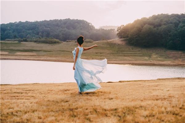 Cô nàng hoàn toàn thu hút ánh nhìn với chiếc váy xanh da trời. - Tin sao Viet - Tin tuc sao Viet - Scandal sao Viet - Tin tuc cua Sao - Tin cua Sao