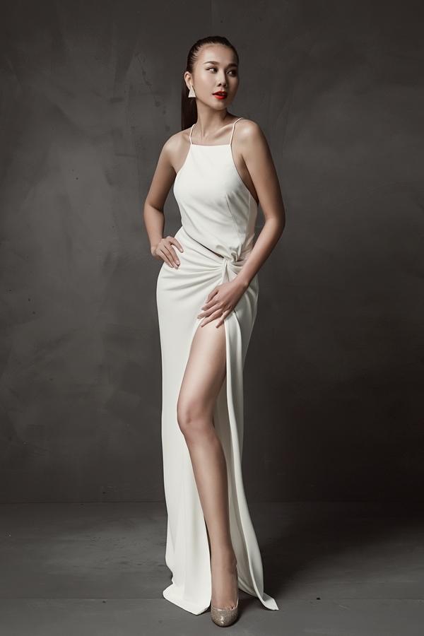 Thanh Hằng khoe khéo đôi chân dài đáng mơ ước trong dáng váy xẻ tà hiện đại, gợi cảm.