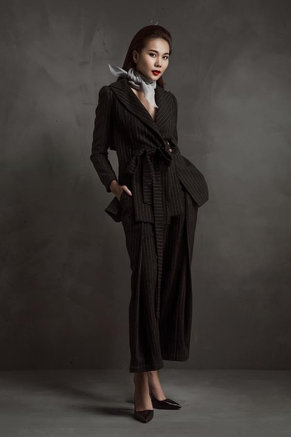 Thiết kế suit cổ điển mang màu sắc mới lạ với những chi tiết bỏ nhỏ độc đáo. Dù diện trang phục mang hơi thở nam tính nhưng Thanh Hằng vẫn cực kì quyến rũ, thu hút.