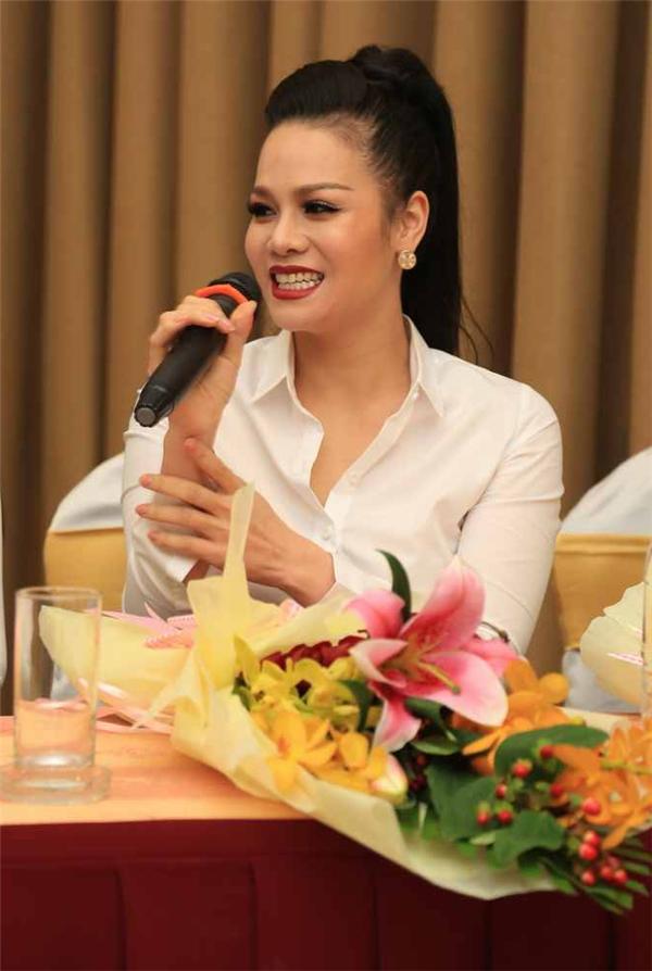 """Dù hồi hộp khi lần đầu được thể hiện dòng nhạc bolero bất hủ, thế nhưng trong buổi họp báo, Nhật Kim Anh vẫn hài hước thổ lộ rằng: """"Không biết khán giả đã sẵn sàng để nghe Nhật Kim Anh hát hay chưa? Nếu chưa thì hãy nghe tôi hát, dù tôi hát chưa hay"""". Sự khiêm tốncủa nữ ca sĩ đã nhận được tràng vỗ tay ủng hộtừ giới truyền thông. - Tin sao Viet - Tin tuc sao Viet - Scandal sao Viet - Tin tuc cua Sao - Tin cua Sao"""