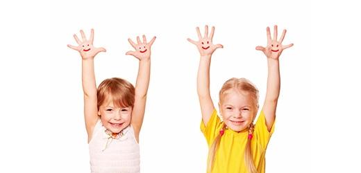 Khi bị nghẹn, chỉ cần giơ hai cánh tay lên cao khỏi đầu, lúc này khung sườn sẽ giãn ra, giúp phổi nở to, cho phép không khí đi qua cổ dễ dàng, giúp bạn ho ra thức ăn bị nghẹn.(Ảnh: Internet)