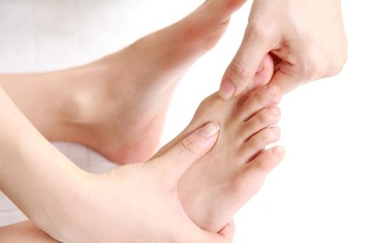Khi bị sái cổ, hãy dùng tay xoay ngón chân cái theo chiều kim đồng hồ vài lần, sau đó lại xoay ngược chiều kim đồng hồ vài lần nữa. (Ảnh: Internet)