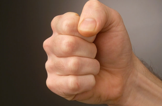 Khi bị tê chân, nếu là chân trái thì siết chặt lòng bàn tay phải, và ngược lại. (Ảnh: Internet)