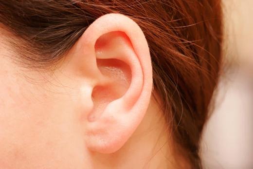 Khi người lớn tuổi bị liệt nửa người, có thể là do xuất huyết não hay tắc nghẽn mạch máu, ngay lập tức dùng 1 cây kim đâm vào điểm thấp nhất của 2 dái tai, đến khi nhỏ ra 1 giọt máu ở mỗi bên, bệnh nhân sẽ phục hồi. (Ảnh: Internet)