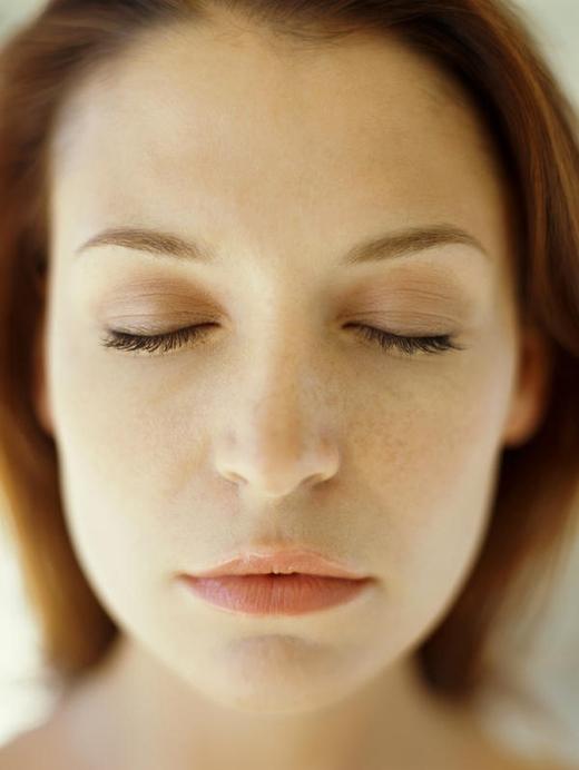 Nếu bị hen suyễn hay viêm thanh quản cấp tính mà không có bình xịt tại chỗ, dùng kim đâm vào chóp mũi rồi nặn ra 2 giọt máu đen là khỏe.(Ảnh: Internet)
