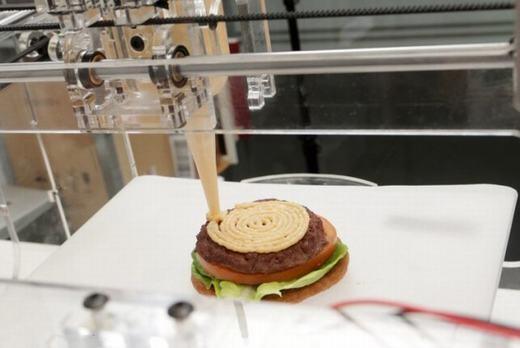 """Công nghệ in 3D cũng sẽ đột phá trong 100 năm tới, đồng thời loại máy in này cũng được sử dụng một cách rộng rãi. Khi đó, bạn có thể tự do ăn món gì mình thích, chỉ 1 cú nhấp chuột là đã có thể """"in"""" ra món ăn ưa thích. In 3D cũng đang áp dụng cho xây dựng, và nó sẽ hoàn thiện hơn trong tương lai. Ngoài ra, chúng ta cũng không cần phải phá rừng lấy gỗ làm nội thất nữa, bởi máy in 3D cũng đã làm được điều đó. (Ảnh: Internet)"""