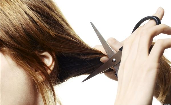 Cắt đi phần tóc chẻ ngọn, khô xơ. (Ảnh: Internet)