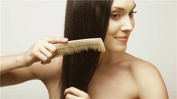 Chải tóc và mát xa sẽ kích thích tóc mọc nhanh hơn. (Ảnh: Internet)