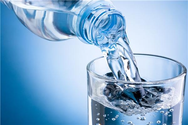 Uống nhiều nước không chỉ tốt cho sức khỏe mà còn có lợi cho da và tóc. (Ảnh: Internet)