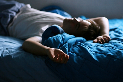 Cô đơn và khó ngủ thường đi kèm với nhau.(Ảnh: Internet)