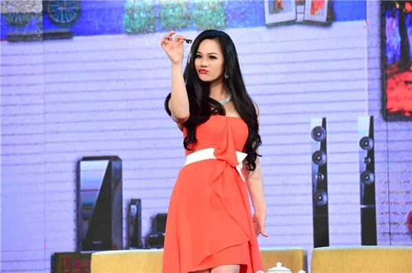Hóa thân thành cô ca sĩ lẳng lơ, ham danh vọng, Nhật Kim Anh không ngại làm xấu hình ảnh, sử dụng mọi thủ đoạn của showbiz để đạt được sự nổi tiếng trong lần đầu chạm ngõ sân khấu hài kịch. - Tin sao Viet - Tin tuc sao Viet - Scandal sao Viet - Tin tuc cua Sao - Tin cua Sao
