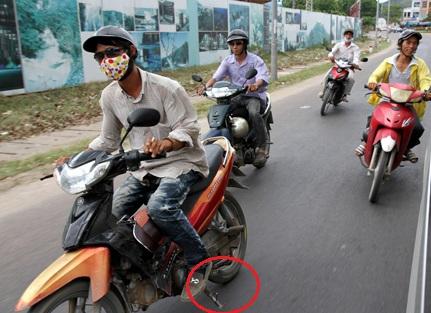 Tuy nhiên,CSGT chỉ xử phạt những người cố tìnhđi để chân chống xe quệt xuống đường, nẹt tia lửa. Ảnh minh họa: Internet