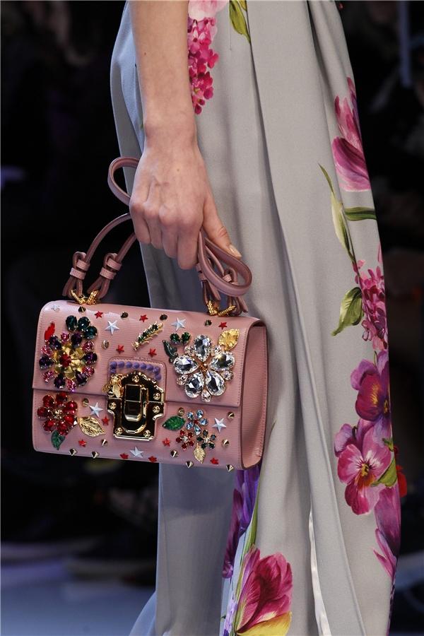Những họa tiết hoa đầy màu sắc được đính kết khéo léo trên nền sắc hồng thạch anh hợp xu hướng.