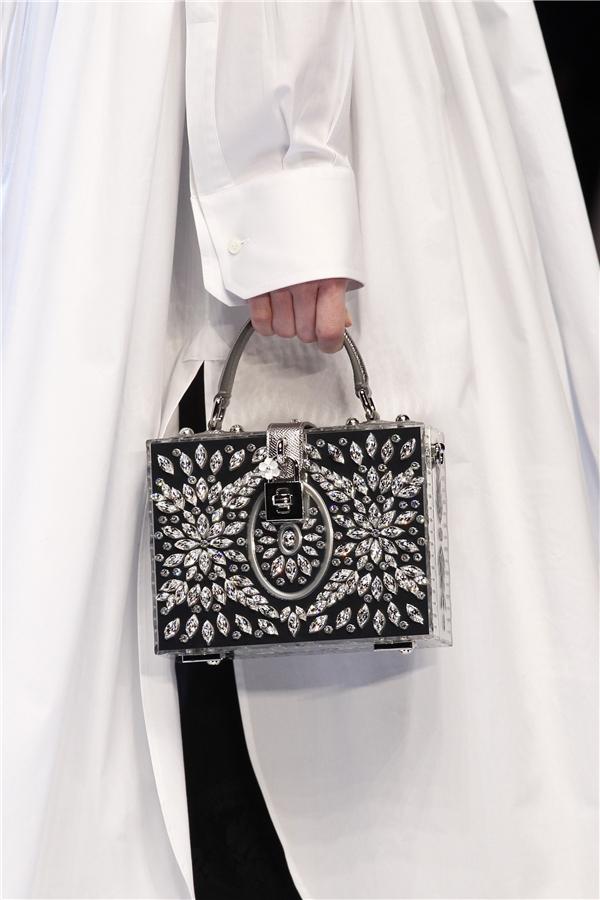 """Dù có kích thước nhỏ xinh nhưng các phụ kiện của Dolce and Gabbana có giá vô cùng đắt đỏ. Với giá trị quy ra tiền Việt, một chiếc túi sẽ có giá từ vài chục đến hàng trăm triệu đồng. Tuy nhiên, các thiết kế này luôn """"cháy hàng"""" sau khi được trình làng. Với các tín đồ thời trang, đặc biệt là phái đẹp, chắc chắn sẽ không thể ngó lơ với những món phụ kiện này."""