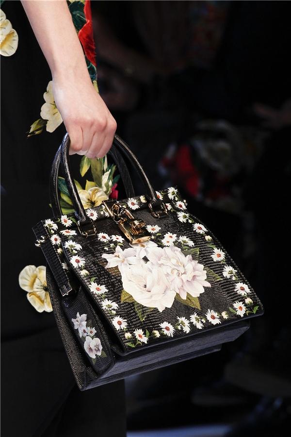Vẻ đẹp của các loài hoa luôn là nguồn cảm hứng bất tận trong các thiết kế của Dolce and Gabbana.