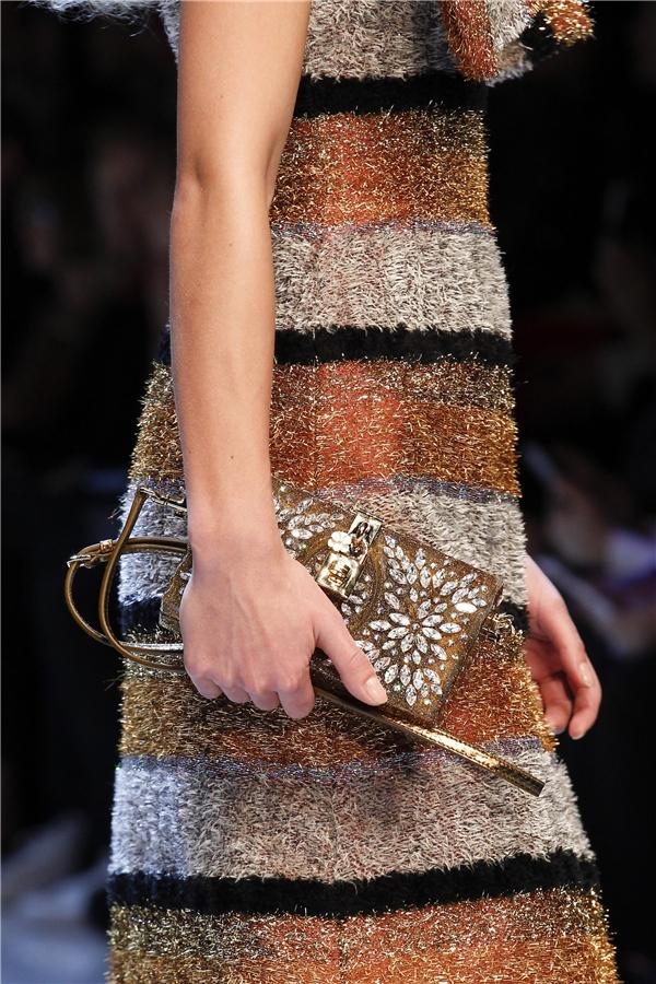 Những chiếc túi đơn sắc được tạo điểm nhấn bằng loạt chi tiết đính kết kì công, tỉ mỉ.