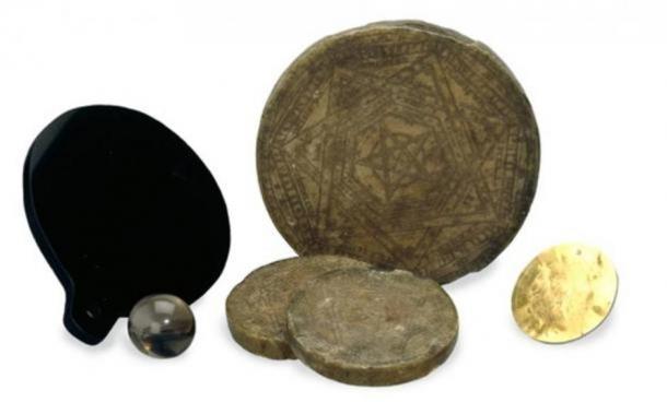 Những công cụ phép thuật của John Dee: đĩa làm từ sáp và vàng, quả cầu thạch anh và tấm gương. (Ảnh: British Museum/CC BY SA 4.0 )