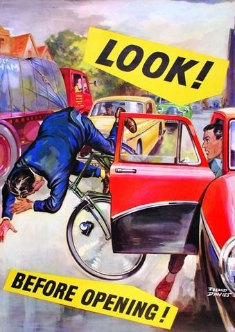 Hãy quan sát trước khi mở cửa xe!