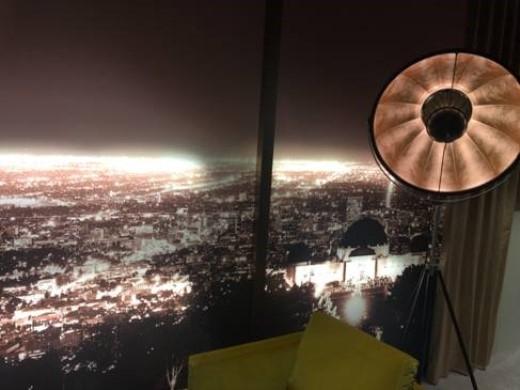 Hệ thống đèn trong phòng tạo cảm giáccăn phòng trênngọn đồi Hollywood nhìn ra toàn cảnh thành phố Los Angeles như 1 bức tranh sinh động.