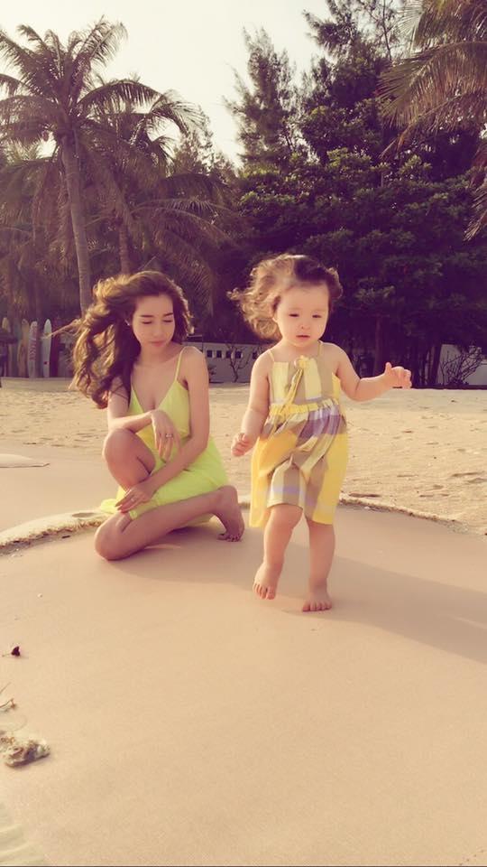 Cô bé liên tục nhảy múa và reo hòkhi đứng trên cát. - Tin sao Viet - Tin tuc sao Viet - Scandal sao Viet - Tin tuc cua Sao - Tin cua Sao
