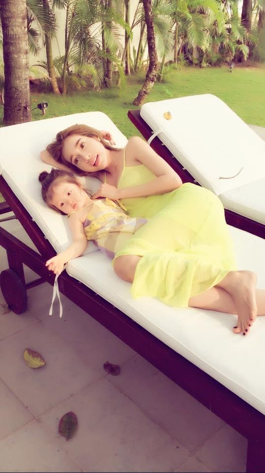Elly Trần hạnh phúc đưa con gái Cadie lần đầu đi biển - Tin sao Viet - Tin tuc sao Viet - Scandal sao Viet - Tin tuc cua Sao - Tin cua Sao