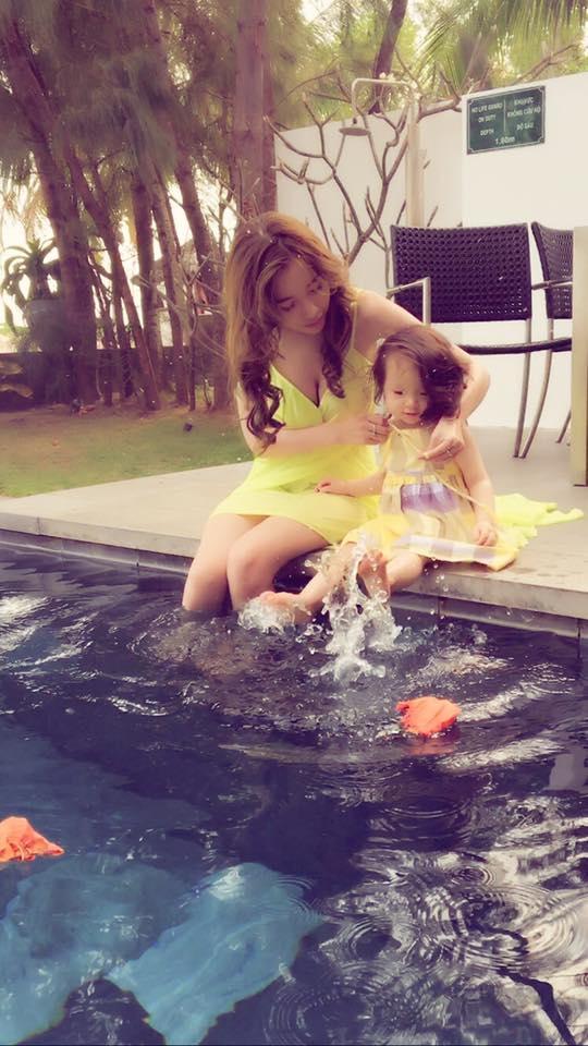 Hotgirl xinh đẹp luôn dành nhiều thời gian để chăm sóc và vui chơi cùng các con của mình. - Tin sao Viet - Tin tuc sao Viet - Scandal sao Viet - Tin tuc cua Sao - Tin cua Sao
