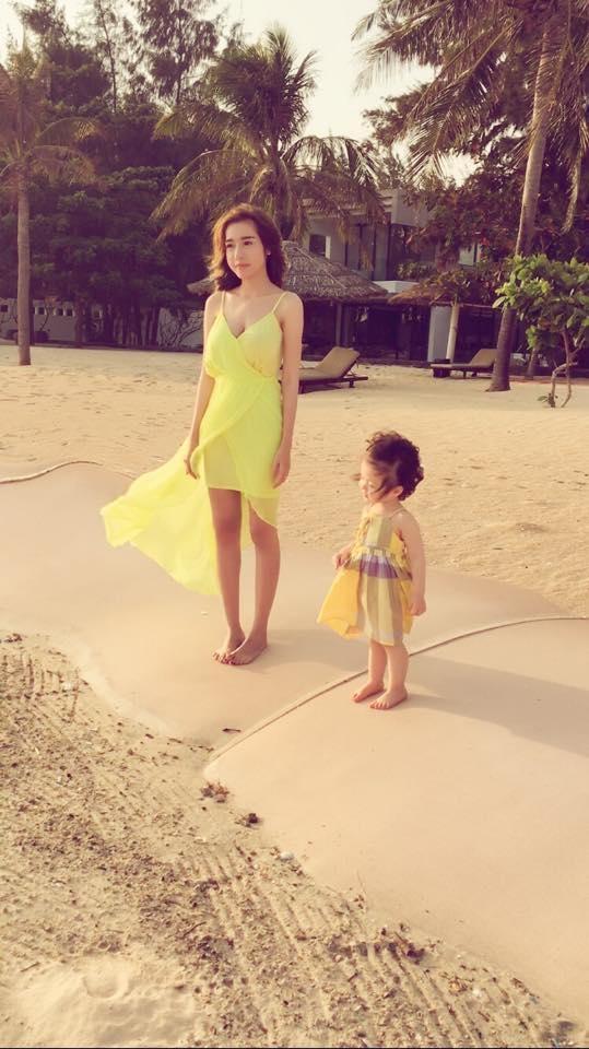 Hotgirl Elly Trần liên tục gây sốt trên cộng đồng mạng khi đăng tải những hình ảnh đáng yêu của gia đình cô. - Tin sao Viet - Tin tuc sao Viet - Scandal sao Viet - Tin tuc cua Sao - Tin cua Sao