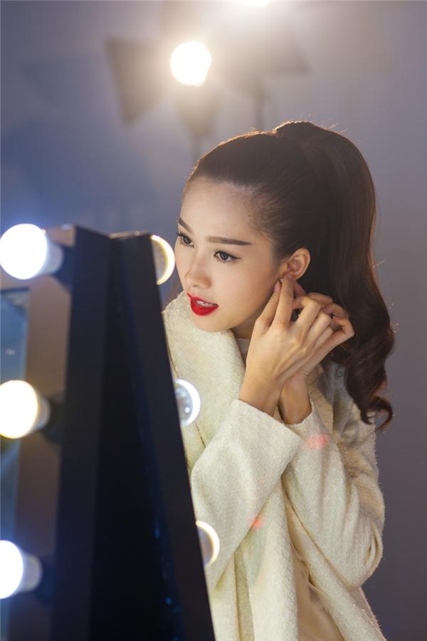 Kiểu trang điểm tự nhiên với điểm nhấn ở màu môi đỏ càng giúp Thu Thảo trở nên ấn tượng, quý phái hơn. Gương mặt của Hoa hậu Việt Nam 2012 gần như không có góc chết.