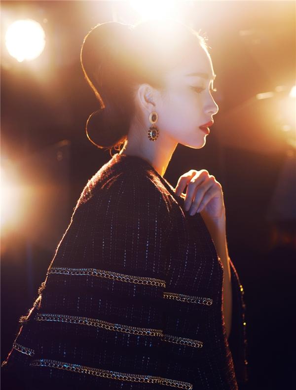 Trên nền vải đen, những chi tiết ánh kim trở thành điểm nhấn khá thú vị. Dù diện bộ trang phục có thiết kế đơn giản, thanh lịch nhưng Thu Thảo vẫn trở thành tâm điểm của mọi ánh nhìn.