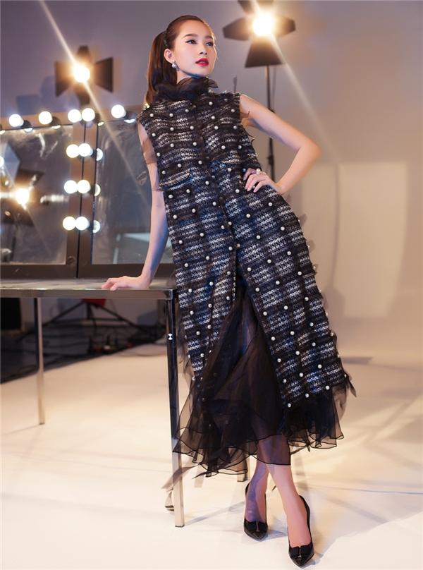 Bộ trang phục có thiết kế cầu kì kết hợp voan lụa bên trong cùng vải tweed bên ngoài. Tổng thể tạo nên sự tương phản nhưng vẫn hòa hợp, đồng điệu.