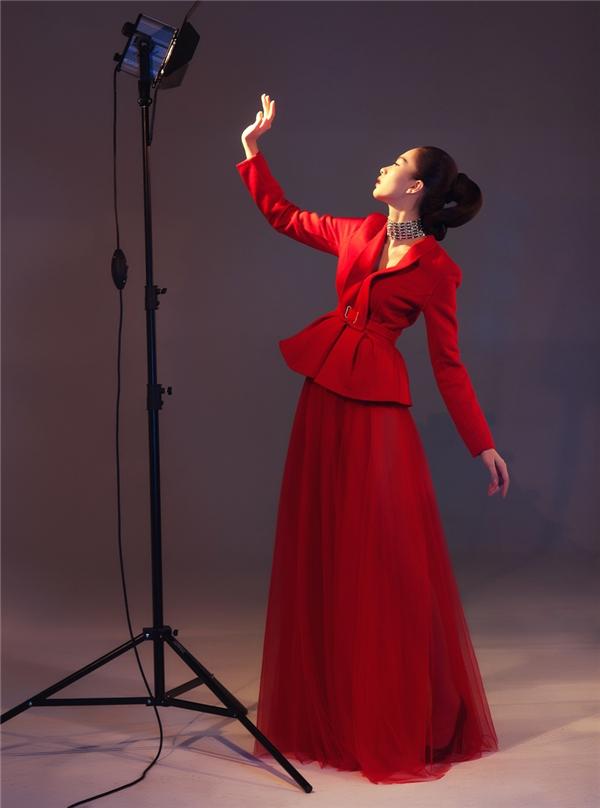 Sắc đỏ mang lại vẻ ngoài quyến rũ, nổi bật đến khó thể rời mắt cho Thu Thảo. Thiết kế lại là sự tương phản tuyệt đối giữa áo suit phom peplum bên trên cùng chân váy xòe rũ điệu đà, cổ điển.