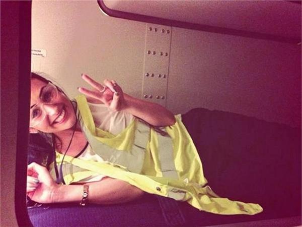 Nữ tiếp viên hàng không cười tươi như hoa trong khoang nghỉ của phi hành đoàn. (Ảnh: Internet)