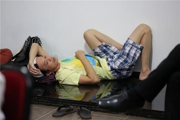Nhiều fan hâm mộ hẳn sẽ rất chua xót khi nhìn thấy hình ảnh NSƯT Hoài Linhnằm ngủ vạ vật trên phim trường, chờ đến lượt trang điểm. - Tin sao Viet - Tin tuc sao Viet - Scandal sao Viet - Tin tuc cua Sao - Tin cua Sao