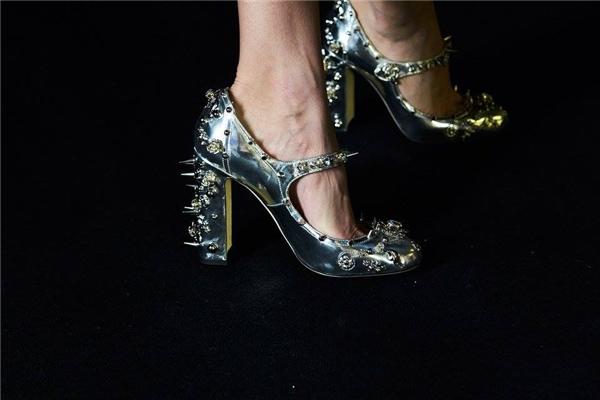 Thiết kế với sắc bạc ánh kim kết hợp đá, kim loại làm gợi nhớ đến hình ảnh của những nàng công chúa trong các câu chuyện cổ.