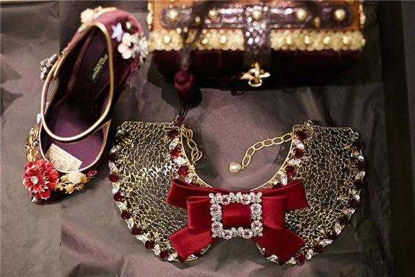 Những phụ kiện khác như vòng cổ, hoa tai đều được thiết kế đồng bộ theo trang phục. Các chi tiết tỉ mỉ, kì công gây ấn tượng với người xem ngay từ cái nhìn đầu tiên.