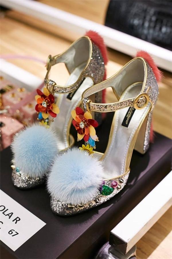 Giày đính lông trở thành xu hướng được Dolce and Gabbana lăng xê trong bộ sưu tập này.