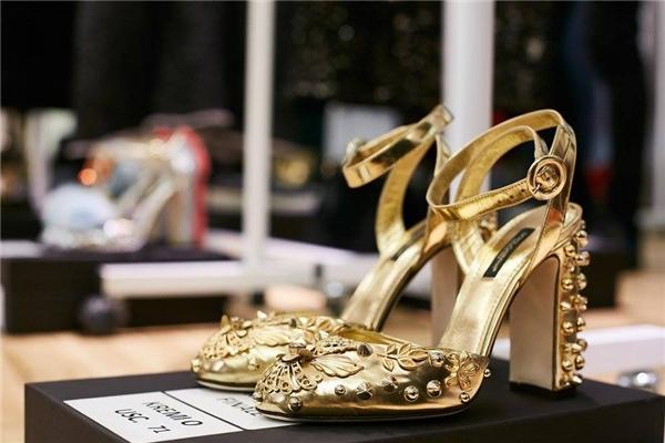 Sắc vàng ánh kim luôn tạo nên sự thu hút mãnh liệt bởi vẻ ngoài sang trọng, quý phái.