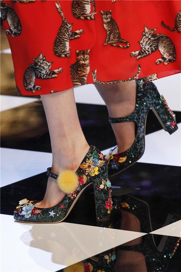 Dolce and Gabbana như tái hiện cả bức tranh hoa cỏ vùng nhiệt đới đầy màu sắc trên những đôi giày có đế to cổ điển. Bên cạnh đó, chất liệu nền cũng không hề kém cạnh về màu sắc hay chất liệu.
