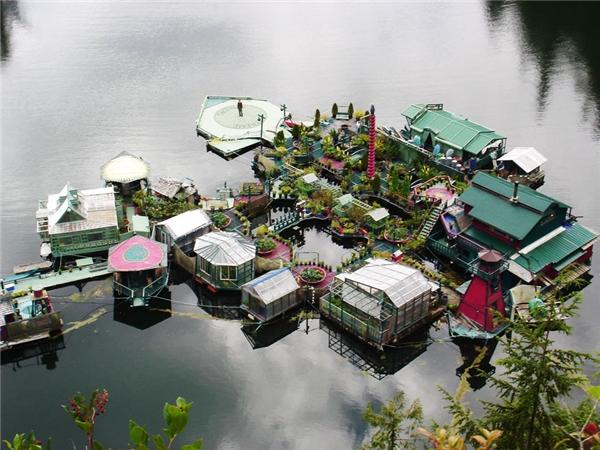 Hòn đảo nhân tạo này bao gồm sàn nhảy, phòng triển lãm tranh, hải đăng, studio và 5 ngôi nhà kính.