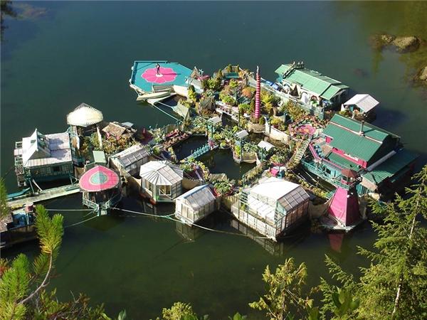 Hòn đảo được ghép từ 12 phần nền nổi.
