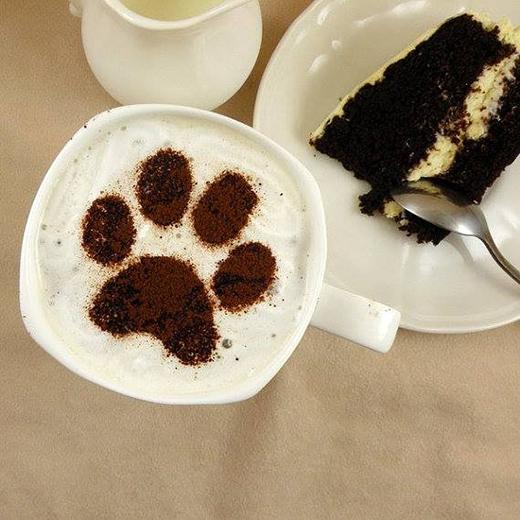 Một tách cà phê và một phần bánh có trong thực đơn của quán. (Ảnh: Internet)