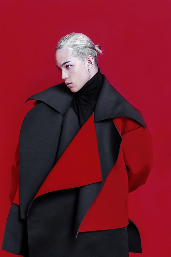 Xuất hiện trong khung ảnh thời trang, mái tóc được phủ sơn trắng mang đến vẻ ngoài ấn tượng hơn cho Kelbin Lei.